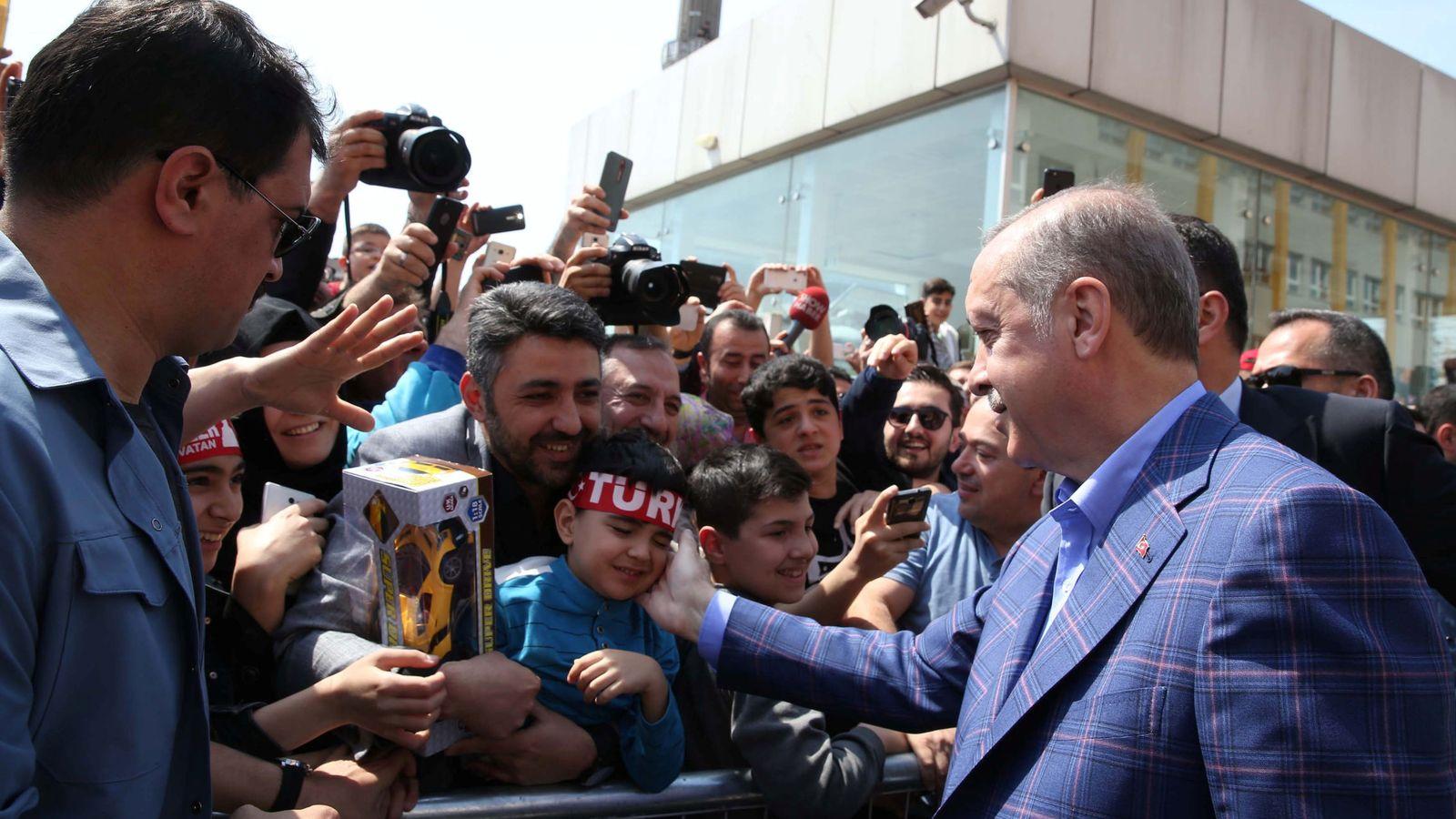 Foto: El presidente turco Tayyip Erdogan saluda a varios simpatizantes tras depositar su voto. (Reuters)