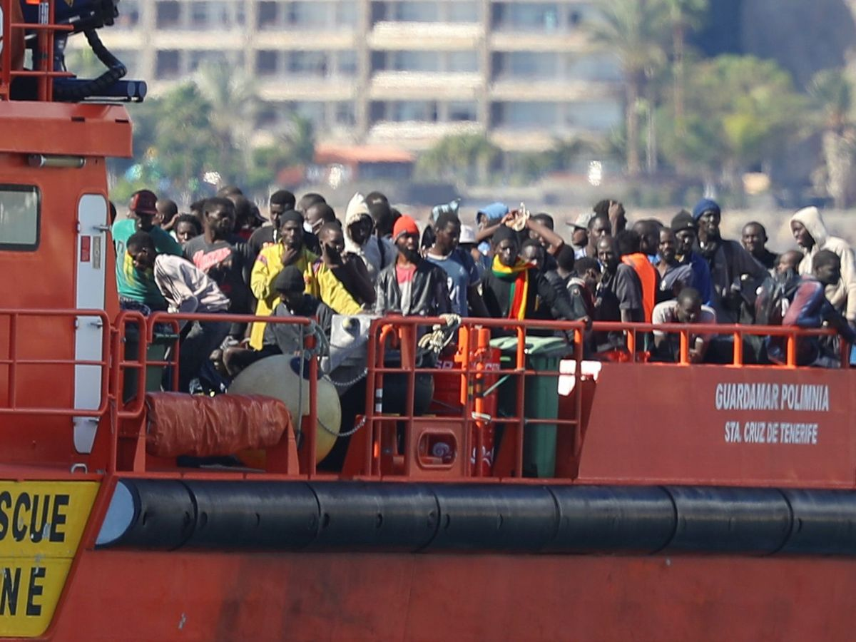 Foto: Llegada de las personas rescatas a Canarias. (EFE)