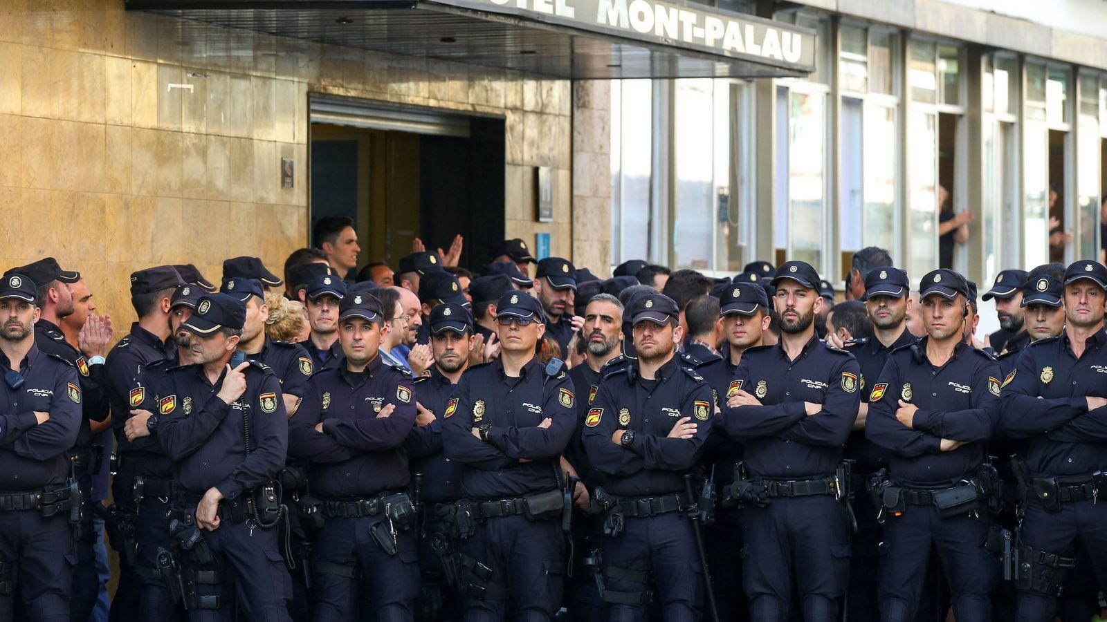 Foto: Policías nacionales junto a uno de los hoteles de Pineda del Mar donde se alojan. (Reuters)
