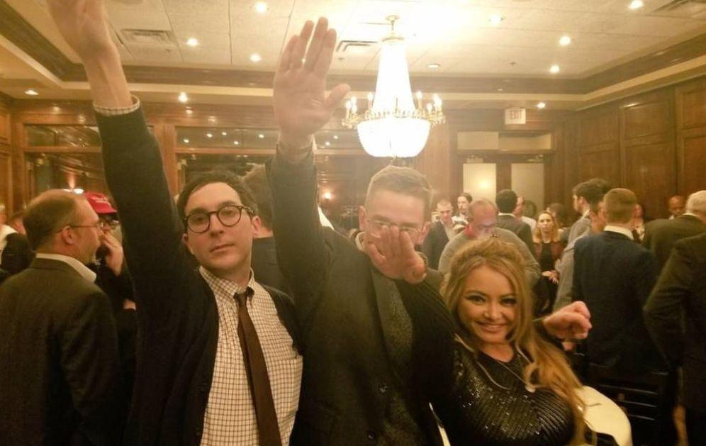 Foto: La 'celebrity' Tila Tequila hace el saludo nazi con amigos durante una fiesta de la 'alt-right' en Washington, para celebrar la victoria de Trump