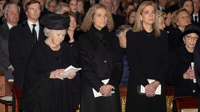 Las infantas Elena y Cristina, en el funeral de la infanta Pilar junto a Beatriz de Holanda. (EFE)
