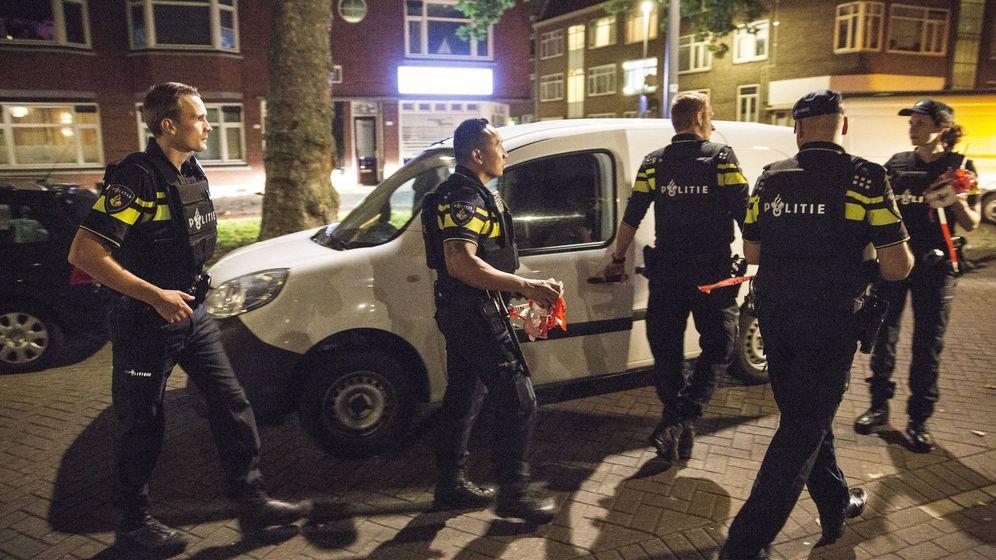 Foto: Agentes de la policía holandesa inspeccionan una furgoneta con matrícula española que activó la alarma. (EFE)