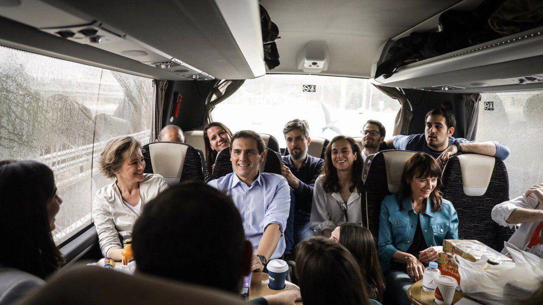 Un día de caravana con Rivera: charla en 'off', galletas y cita con las Sorayas en Valladolid