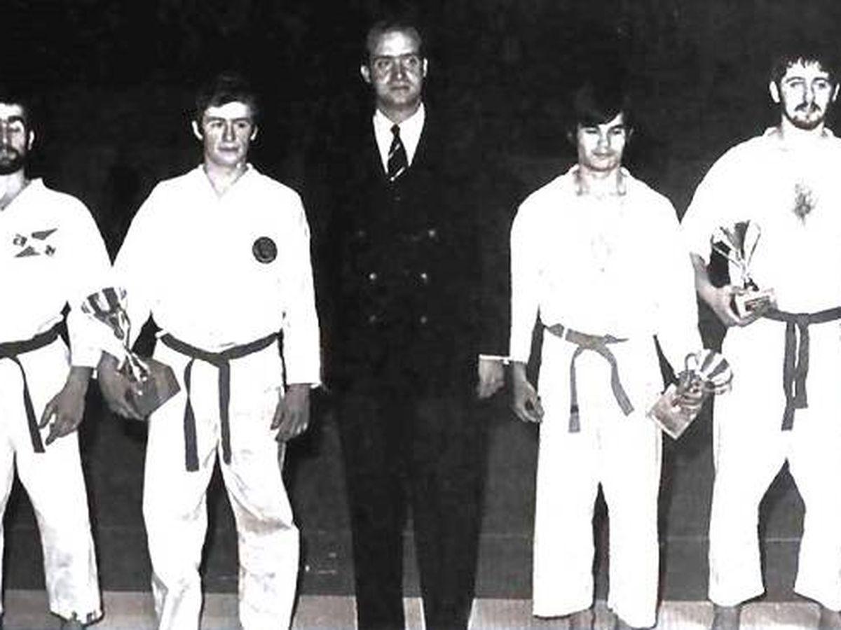 Foto: El príncipe Juan Carlos, con algunos karatecas, en el primer Campeonato de España celebrado en 1970. (RFEK)