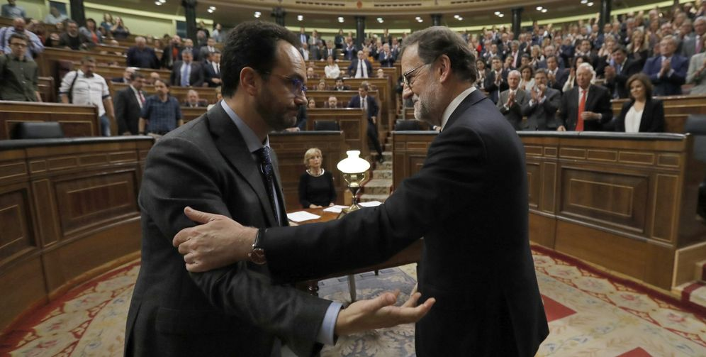 Foto: Antonio Hernando felicita a Mariano Rajoy tras la investidura del 29 de octubre de 2016. (EFE)