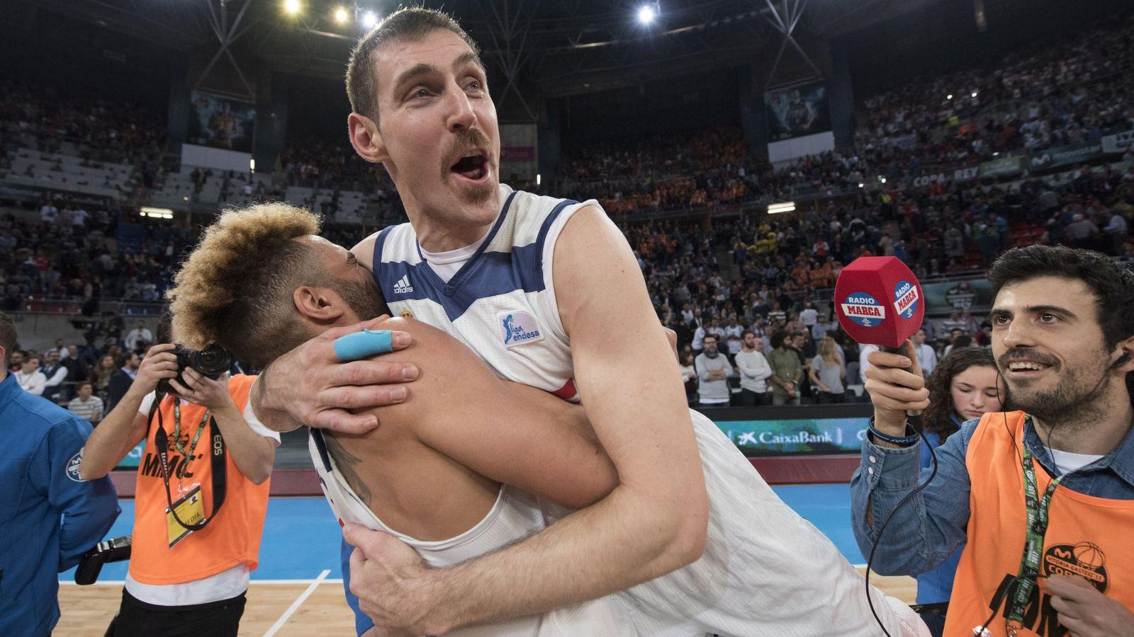 Foto: Nocioni se abraza a Taylor tras ganar la última Copa del Rey (EFE)
