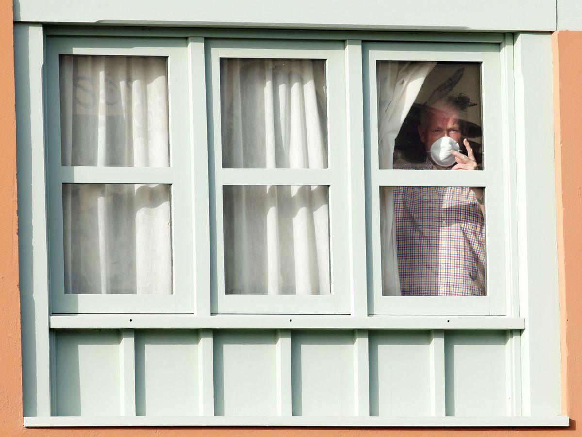 Foto: Un turista mira por la ventana en el Hotel H10 Costa Adeje de Tenerife. (Reuters)