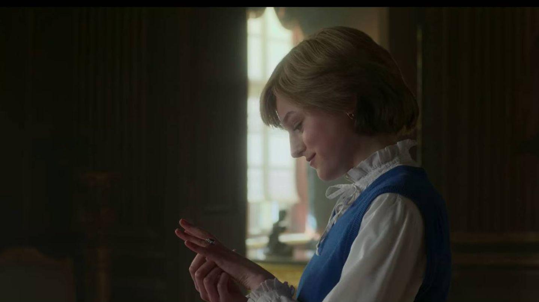 El personaje de Diana de Gales, escogiendo su anillo en 'The Crown'. (Netflix)