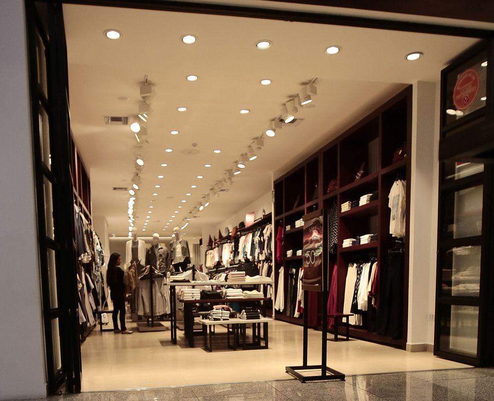 Foto: El calor de este otoño tampoco animó a comprar ropa de abrigo. (EFE)