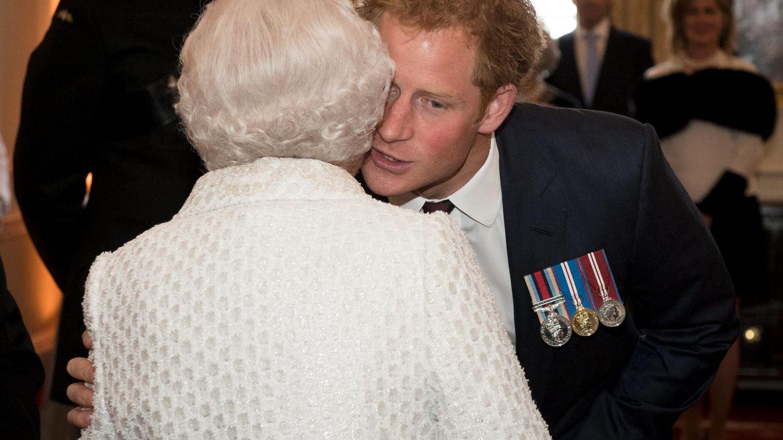 El príncipe Harry y su abuela, Isabel II, en una imagen de archivo. (Reuters)