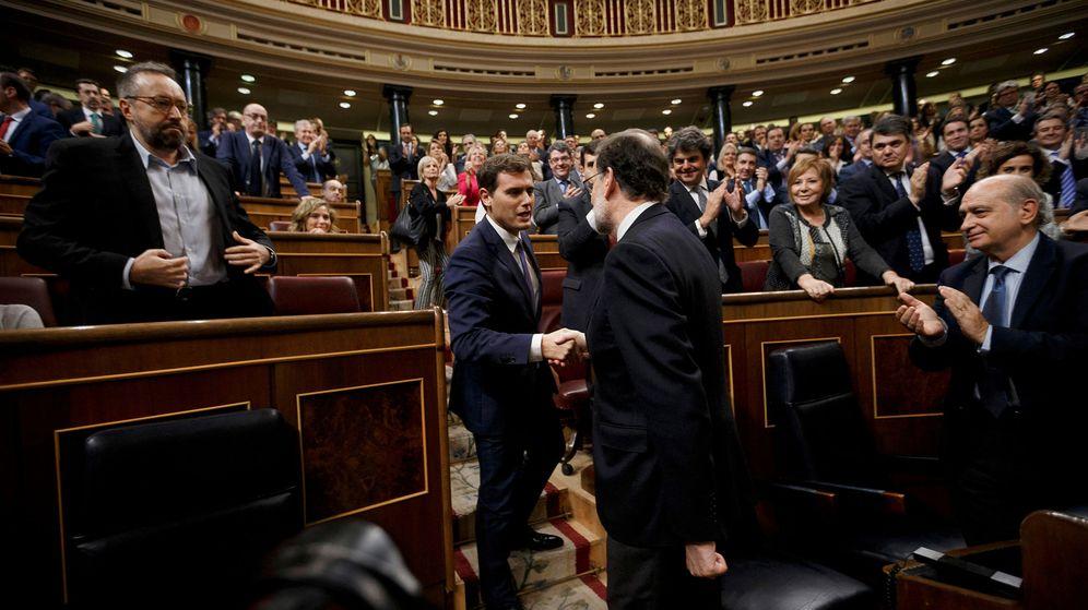 Foto: Mariano Rajoy y Albert Rivera se saludan el día de la investidura del presidente del Gobierno. (Reuters)