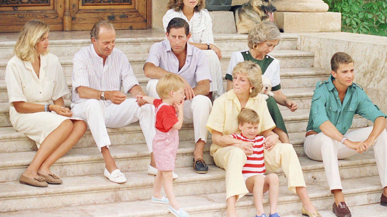 Los príncipes de Gales y sus hijos en Marivent. (EFE)