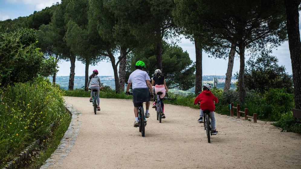 Foto: Una familia monta en bicicleta por la Dehesa de la Villa.