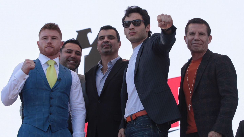 'Canelo' Álvarez y Julio César Chávez Jr., durante la presentación del combate. (EFE)