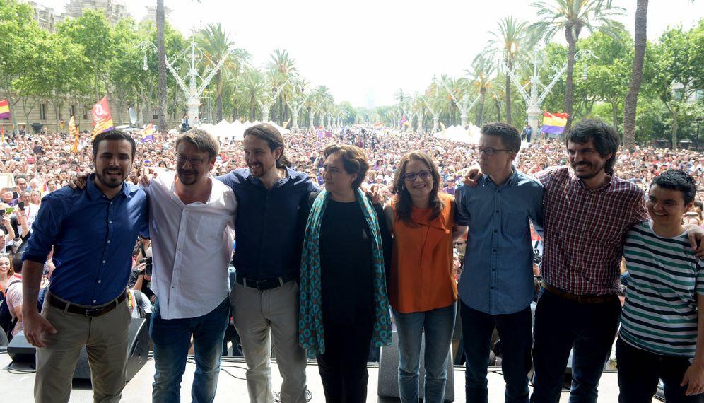 Foto: De izquierda a derecha: Alberto Garzón, Xavier Domènech, Pablo Iglesias, Ada Colau, Mónica Oltra, Íñigo Errejón, Ernest Urtasun y Lucía Martín, durante el mitin en Barcelona de este 11 de junio. (Flickr Podemos)