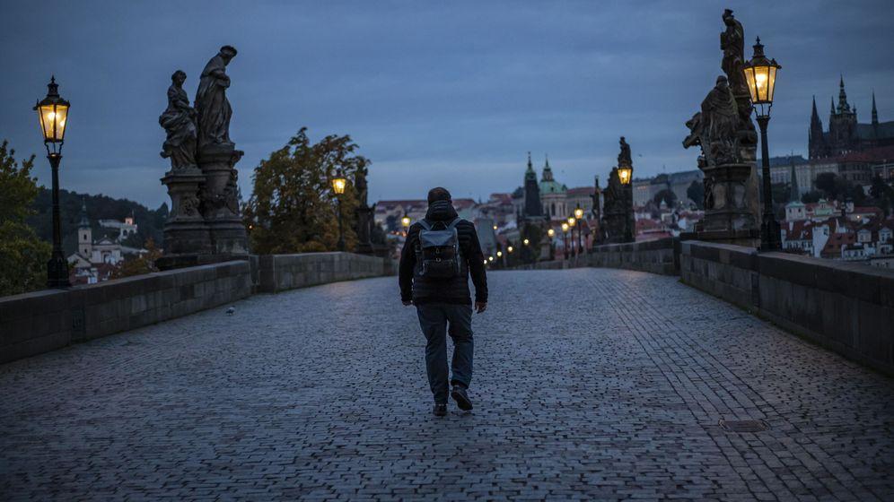 Foto: Un hombre pasea en Praga. (EFE)