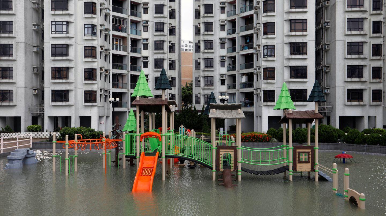 Un parque recreativo en Hong Kong, inundado tras el paso del tifón Hato. (Reuters)