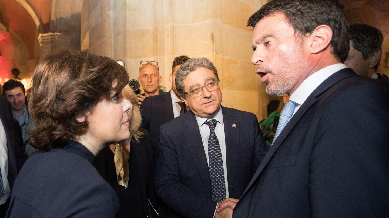 La vicepresidenta del Gobierno, Soraya Sáenz de Santamaría (i), habla con Manuel Valls. (EFE)