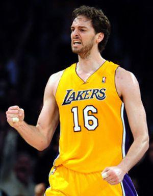 Los Lakers trituran a Dallas y acechan a los Spurs