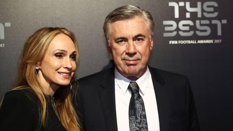El entrenador, junto a su esposa. (Getty)