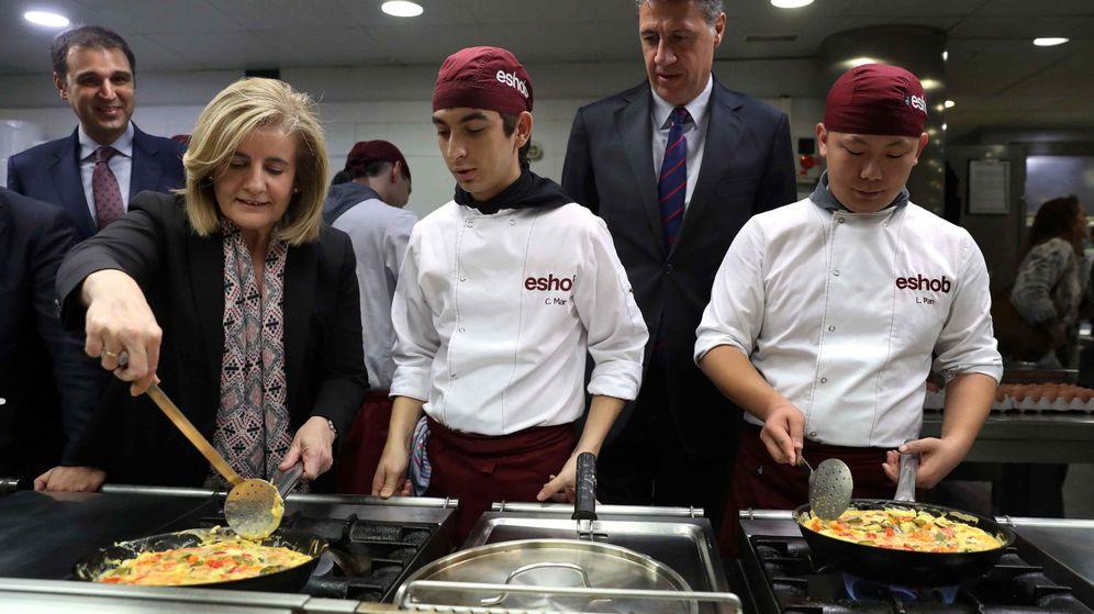 Foto: La ministra de Empleo, Fátima Báñez, visita una escuela de hostelería. (EFE)