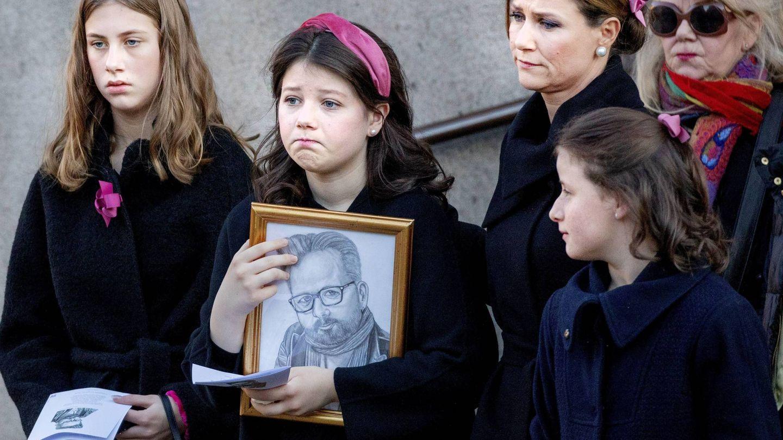 La familia de Ari Behn, en su sepelio. (Cordon Press)
