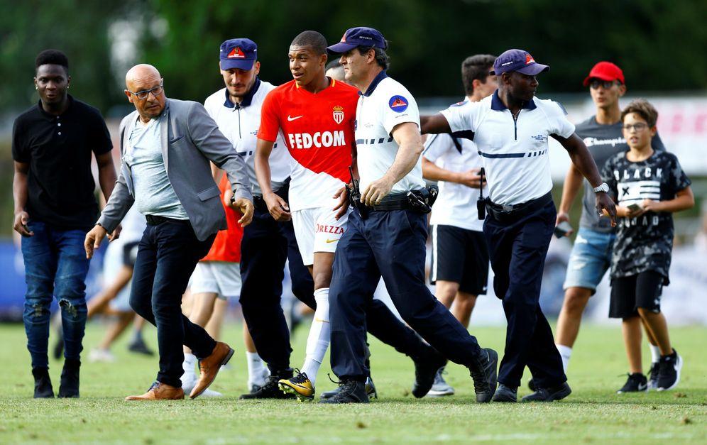 Foto: Mbappé, protegido tras un partido de pretemporada del Mónaco. (Reuters)