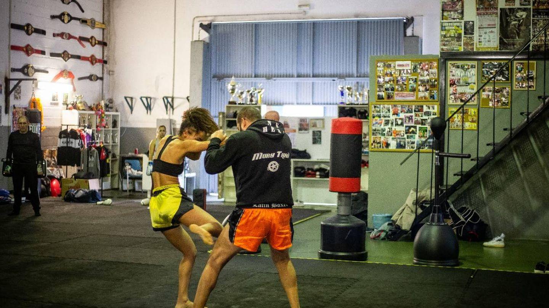 La luchadora junto a su entrenador y mánager Jaime Campos, en el Lonewolf. (Fernando Ruso)