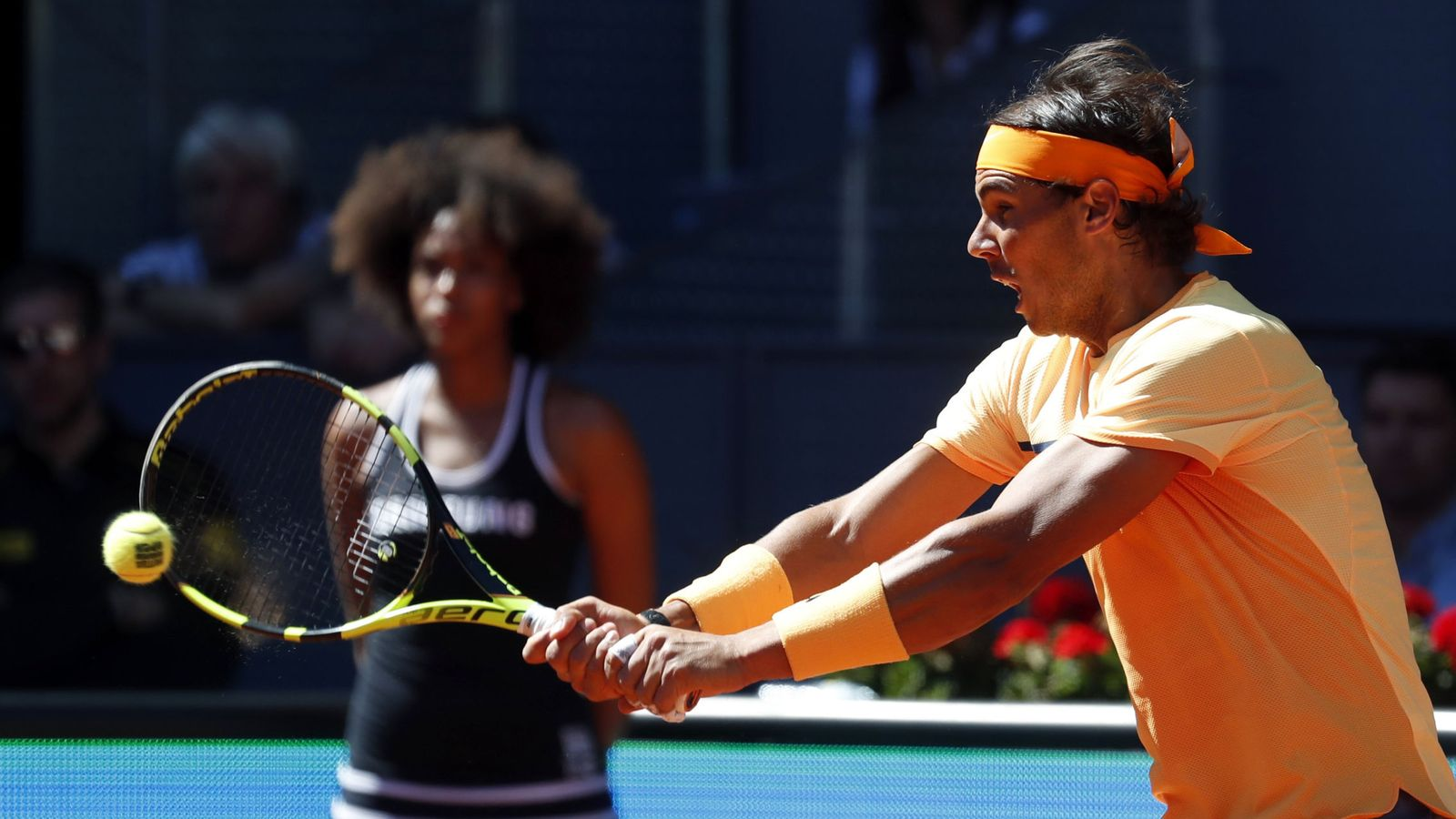 Foto: Rafa Nadal golpea ante Kuznetsov (EFE)
