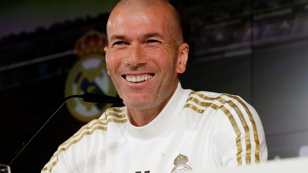 Foto: Zinédine Zidane, sonriente, durante una comparecencia ante los medios de comunicación. (EFE)