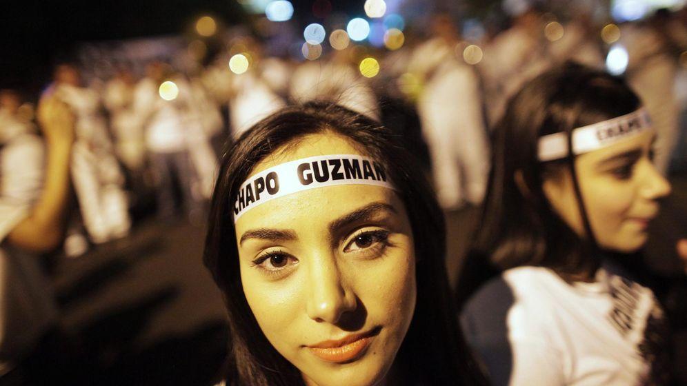 Foto: Una joven pide la libertad del Chapo Guzmán en una manifestación multitudinaria. (Reuters)