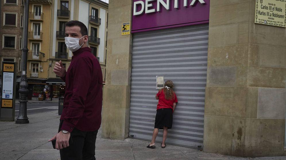 Foto: Una mujer se apoya en la puerta de una clínica Dentix cerrada. (EP)