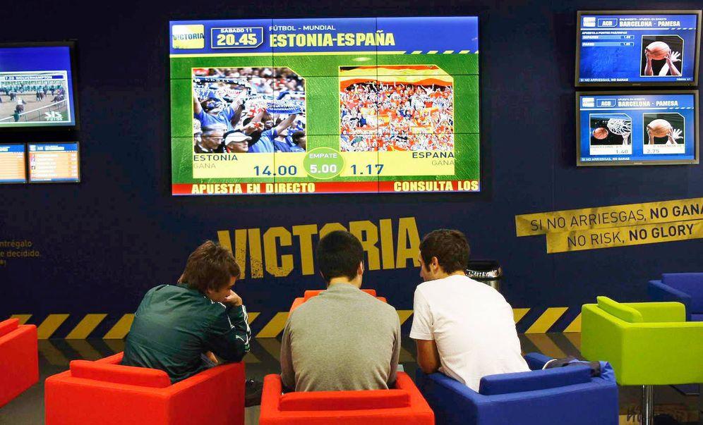 Foto: Tres jóvenes juegan en una casa de apuestas (Reuters)
