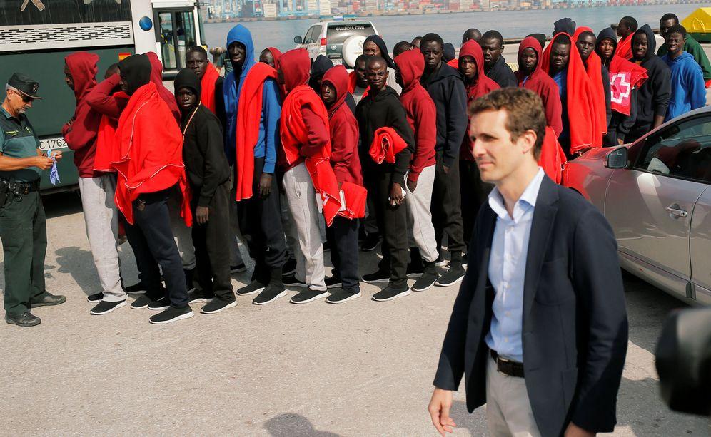 Foto: Casado durante su visita este miércoles a Algeciras para conocer la situación de la crisis migratoria. (Reuters)