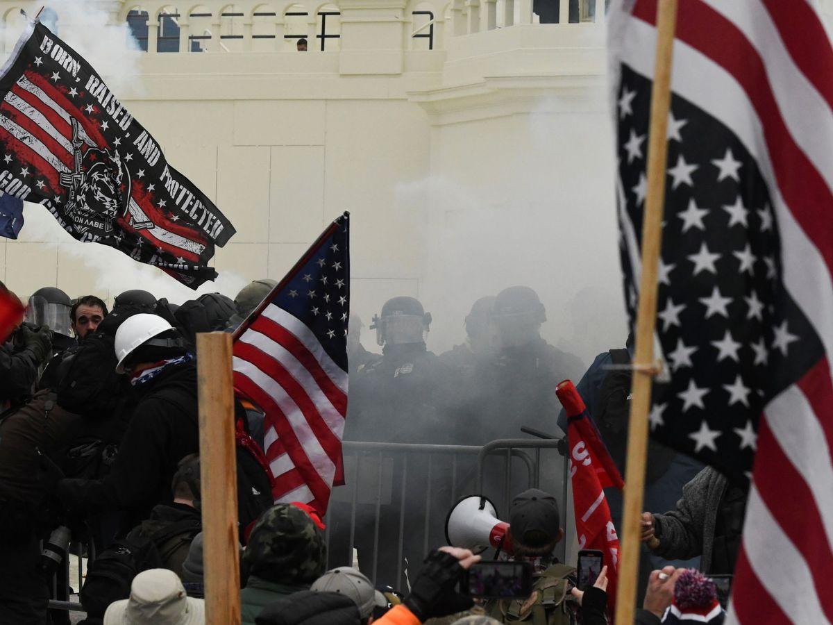 Foto: Choque entre manifestantes y policía en las puertas del Capitolio. (Reuters)