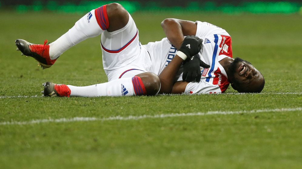 Foto: Ndombélé tras recibir un golpe durante esta temporada. (Reuters)