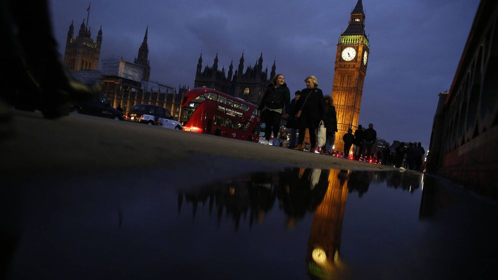 Foto: Británicos pasan ante el Parlamento, en Londres, el 8 de febrero de 2017. (Reuters)