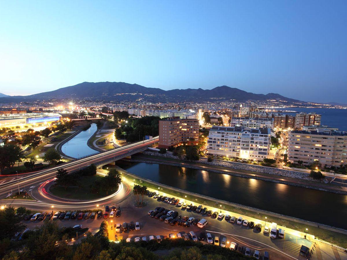Foto: Vista de Fuengirola por la noche, uno de los municipios de la Costa del Sol favoritos para nacionales. (iStock)