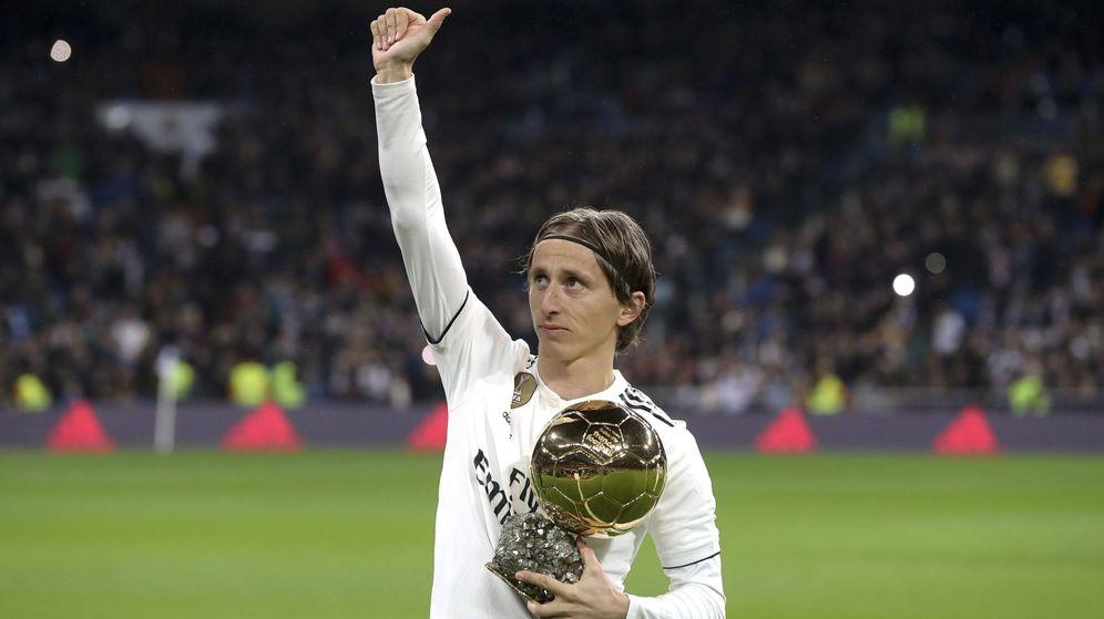 Foto: Luka Modric muestra el Balón de Oro al Bernabéu antes del partido contra el Rayo Vallecano. (EFE)