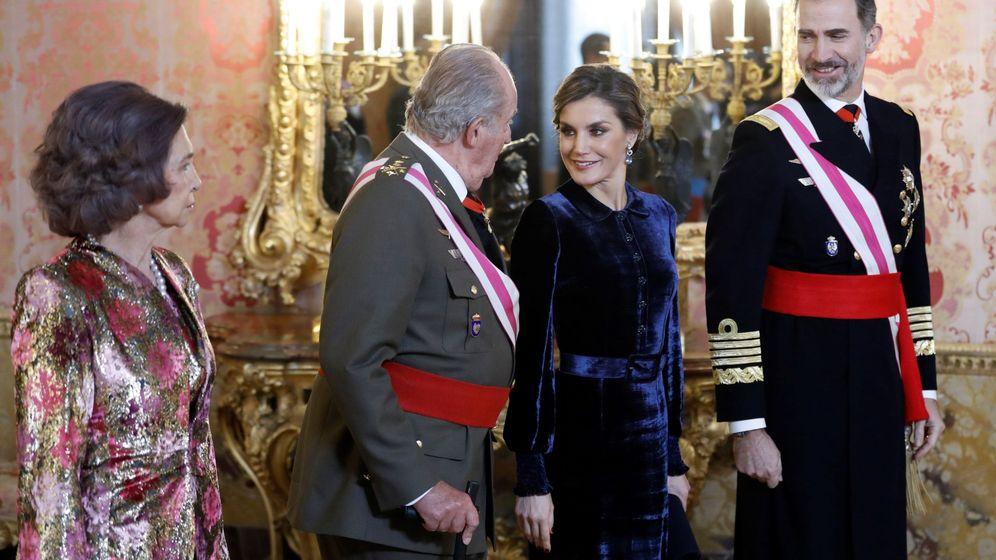 Foto: El rey Felipe VI, junto a la reina Letizia y los reyes eméritos, Juan Carlos y Sofía, durante la celebración hoy en el Palacio Real de la Pascua Militar. (EFE)