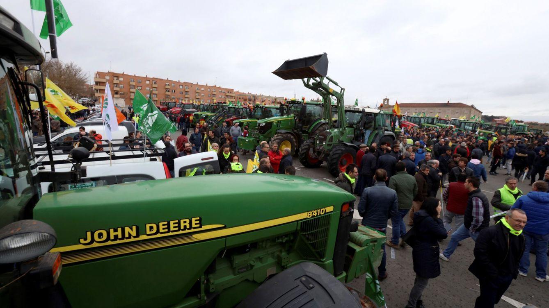 Foto: Agricultores y ganaderos participan en una concentración bajo el lema En defensa de su futuro, este jueves, en Salamanca. (EFE)