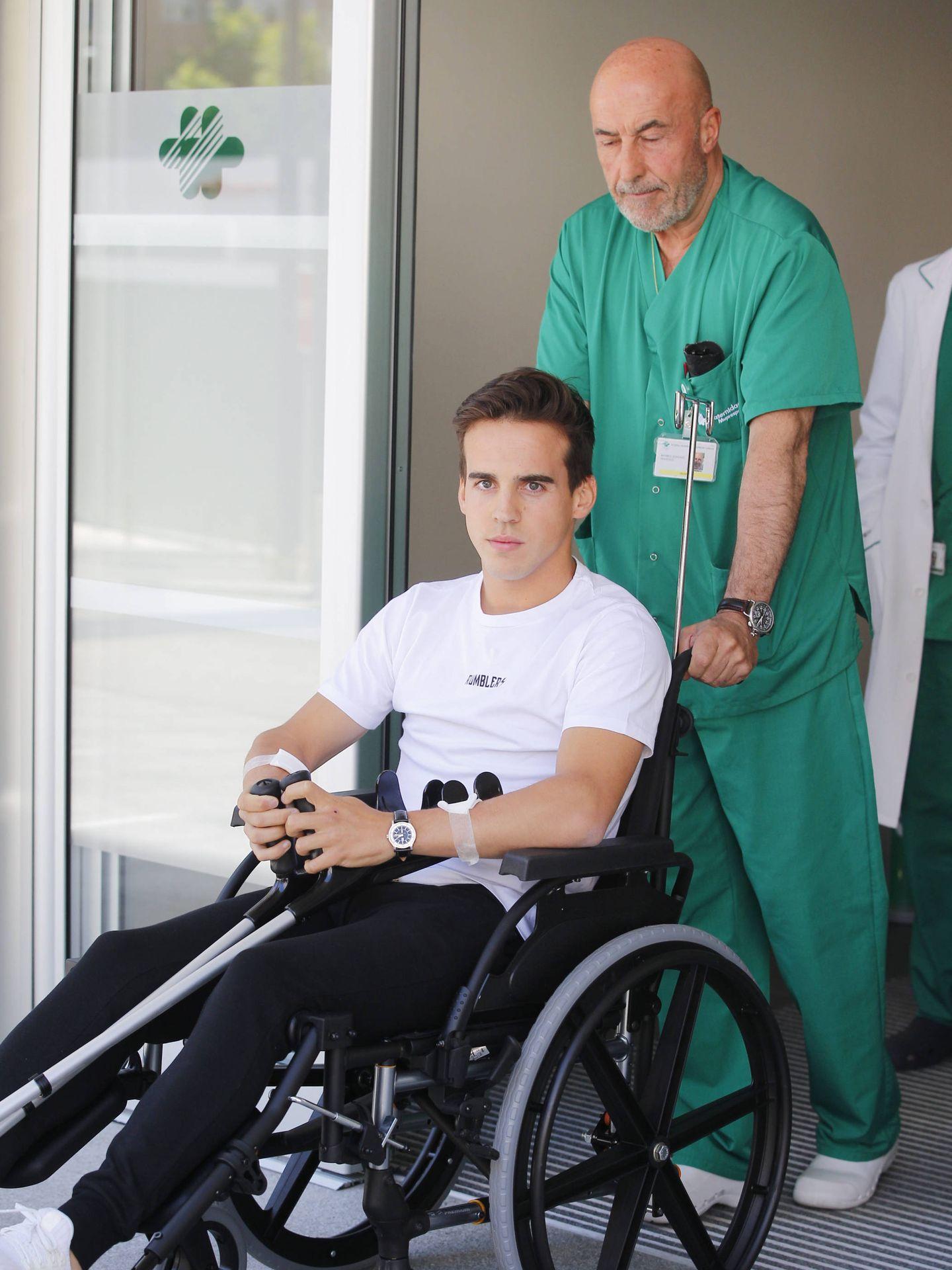El diestro con uno de los sanitarios a la salida del hospital. (Lagencia Grosby)