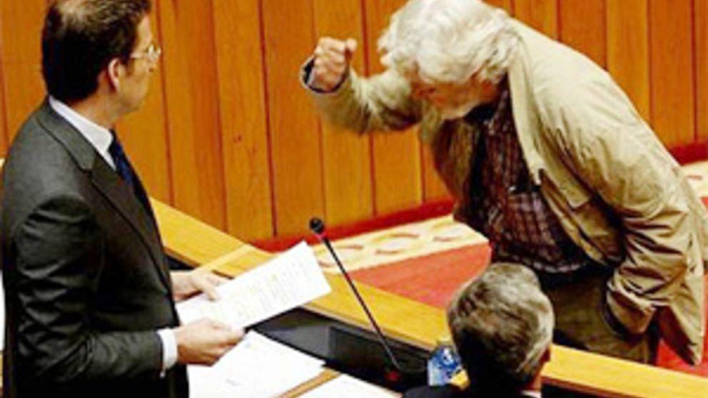 Beiras golpea el escaño de Feijóo en una bronca en el Parlamento gallego