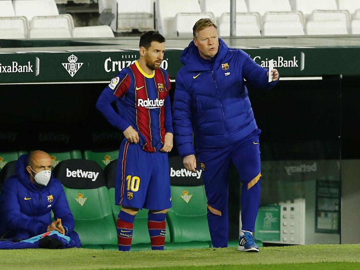Foto: El entrenador neerlandés da instrucciones a Leo Messi antes de saltar al terreno de juego frente al Betis. (Reuters)