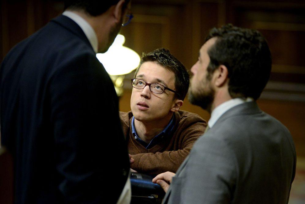 Foto: El portavoz socialista, Antonio Hernando, charla con su homólogo de Podemos, Íñigo Errejón, y el número dos del grupo de C's, Miguel Gutiérrez, este 15 de marzo. (EFE)