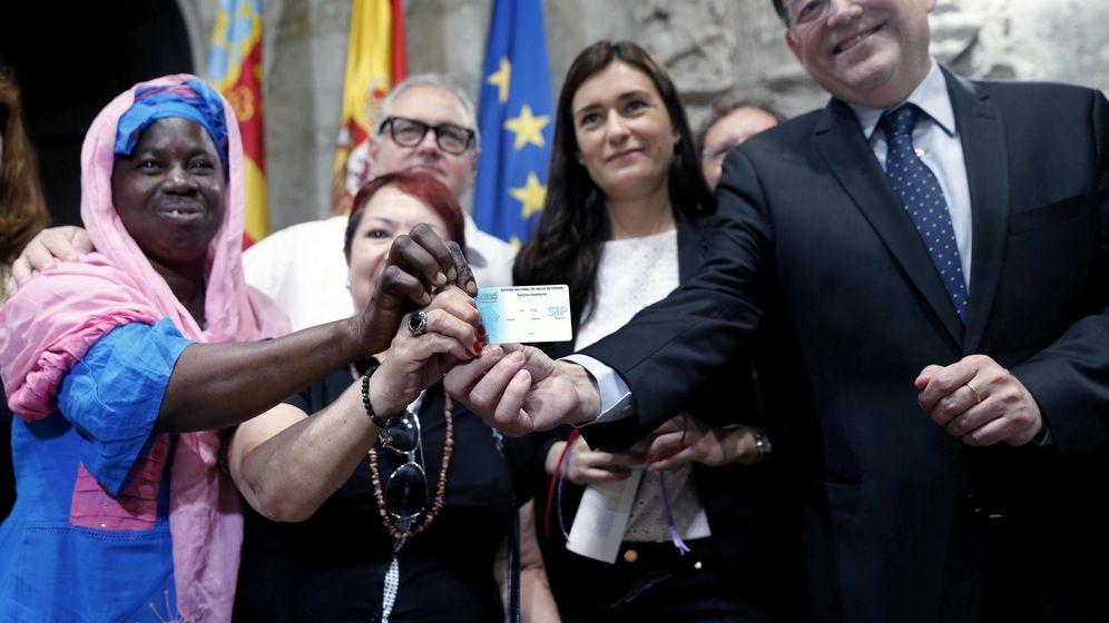 Foto: Ximo Puig, en la presentación del último Plan de Universalización de Sanidad, detrás la 'consellera' Montón. (EFE)