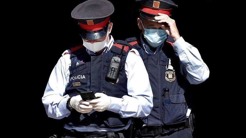 Foto: Dos mossos d'esquadra ataviados con mascarillas. (EFE)
