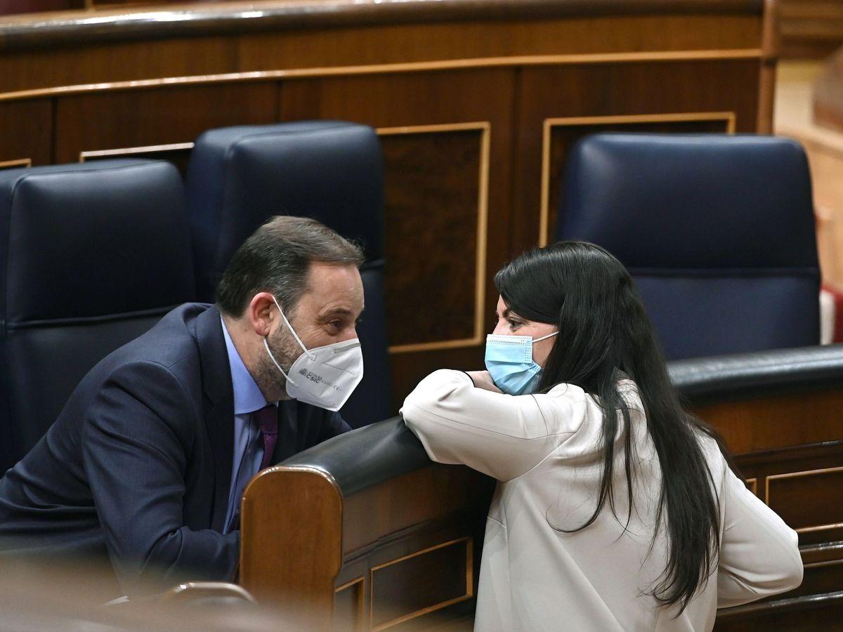 Foto:  La diputada de Vox Macarena Olona conversa con el ministro de Transportes, José Luis Ábalos. (EFE)