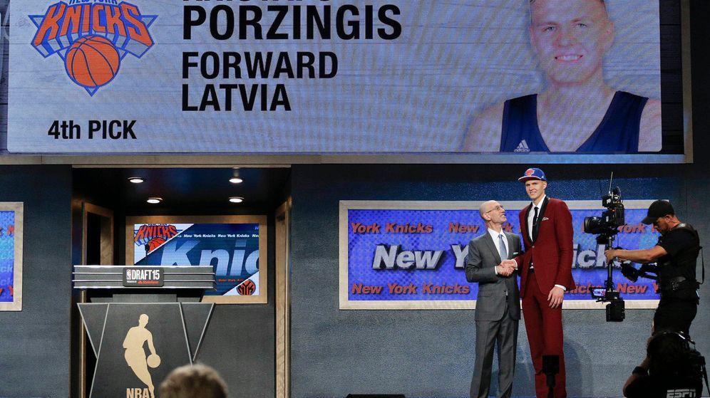 Foto: Kristaps Porzingis saluda a Adam Silver tras ser elegido en el puesto 4 del 'draft' de la NBA (AP)