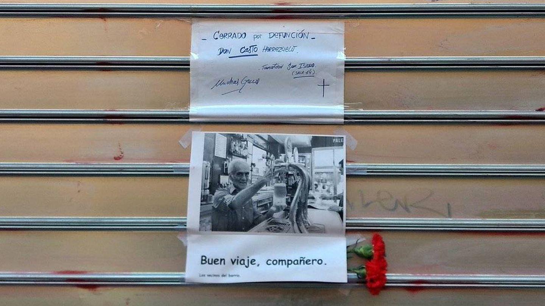 Un cartel en la persiana anuncia el fallecimiento de Casto. (@somosmalasana)